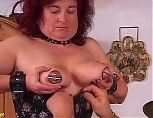 mature woman's labia get extreme stretching