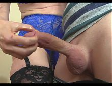 MATURE GIVES AMAZING HANDJOB!!!