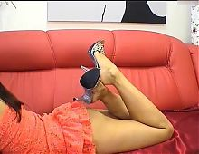 Dangling strass mules and zooming bare feet and soles.(2)